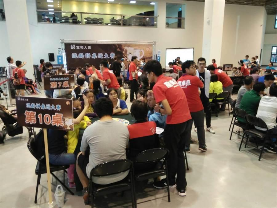 富邦人壽「混齡拼桌遊大賽」,18日高雄場開戰。(曹明正攝)