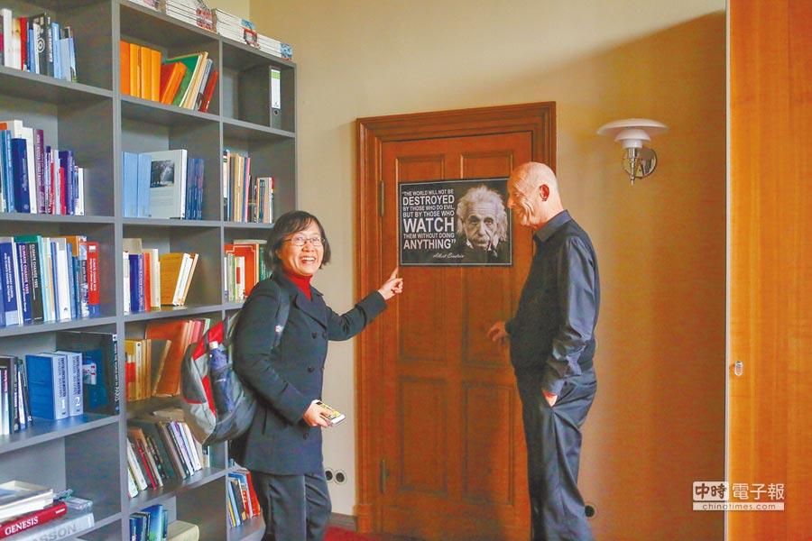 宣胡博辦公室裡掛著愛因斯坦的海報。  (鄧博仁攝)