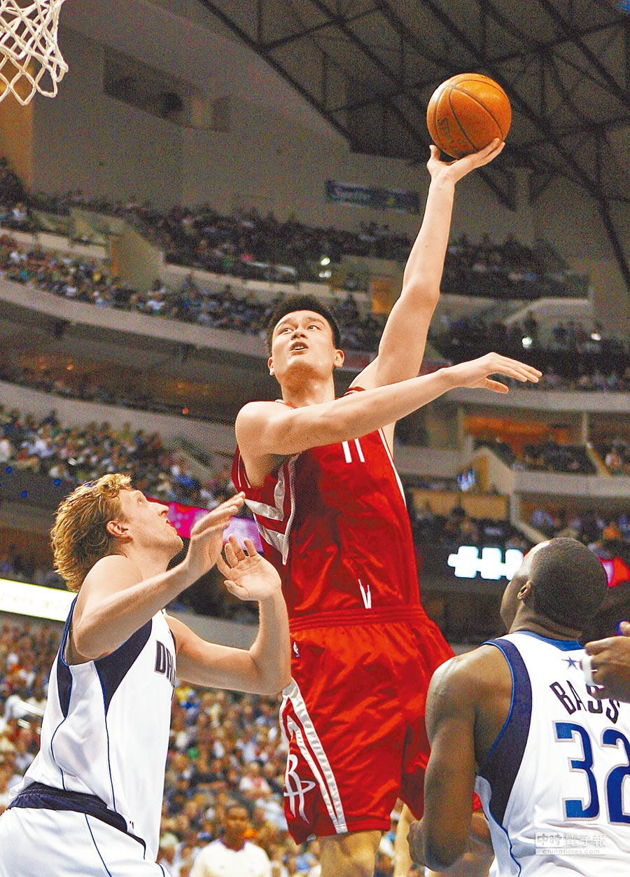 2009年4月15日,時任NBA火箭隊球員姚明(中)躍起投籃。(新華社)