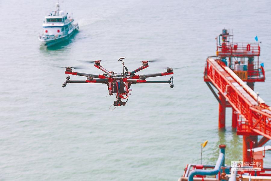 一架警用無人機在山東省東營市海上油區巡邏。(圖/新華社)