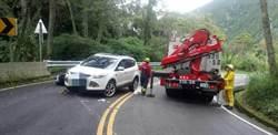 阿里山公路對撞意外 騎士卡在車底命危