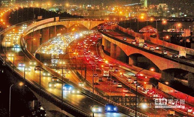 台灣交通亂象為長年問題,對於來台灣觀光的外國人更是感同身受,尤其以「過馬路」最令人感到害怕。(本報系資料照/張鎧乙攝)