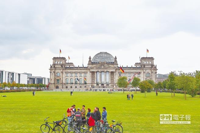 德國首都柏林為知名綠城市,積極發展自行車生態旅遊。國會大廈為綠建築,參觀人潮不斷。(鄧博仁攝)