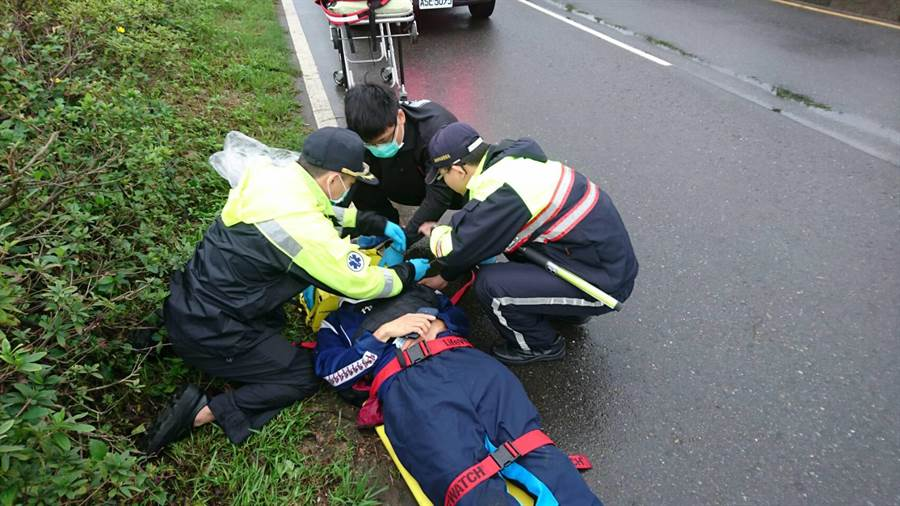 參加馬拉松廖姓選手疑似體力不支倒地,金山警分局員警獲報通知醫護人員趕抵救援,並協助傷者送醫治療。(林縉明翻攝)