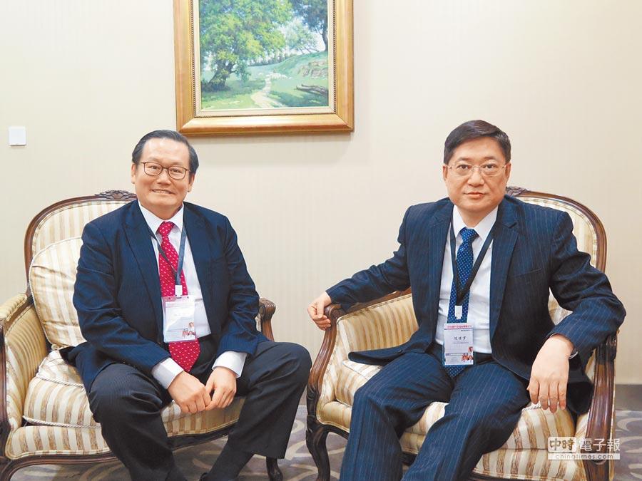 上海東方台胞醫院院長陳保羅將邀請國際名醫、義大醫院院長杜元坤(左)來指導特殊病例。(陳曼儂攝)