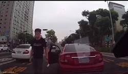 搶道惹殺機 賓士雙煞當街攔車猛砸