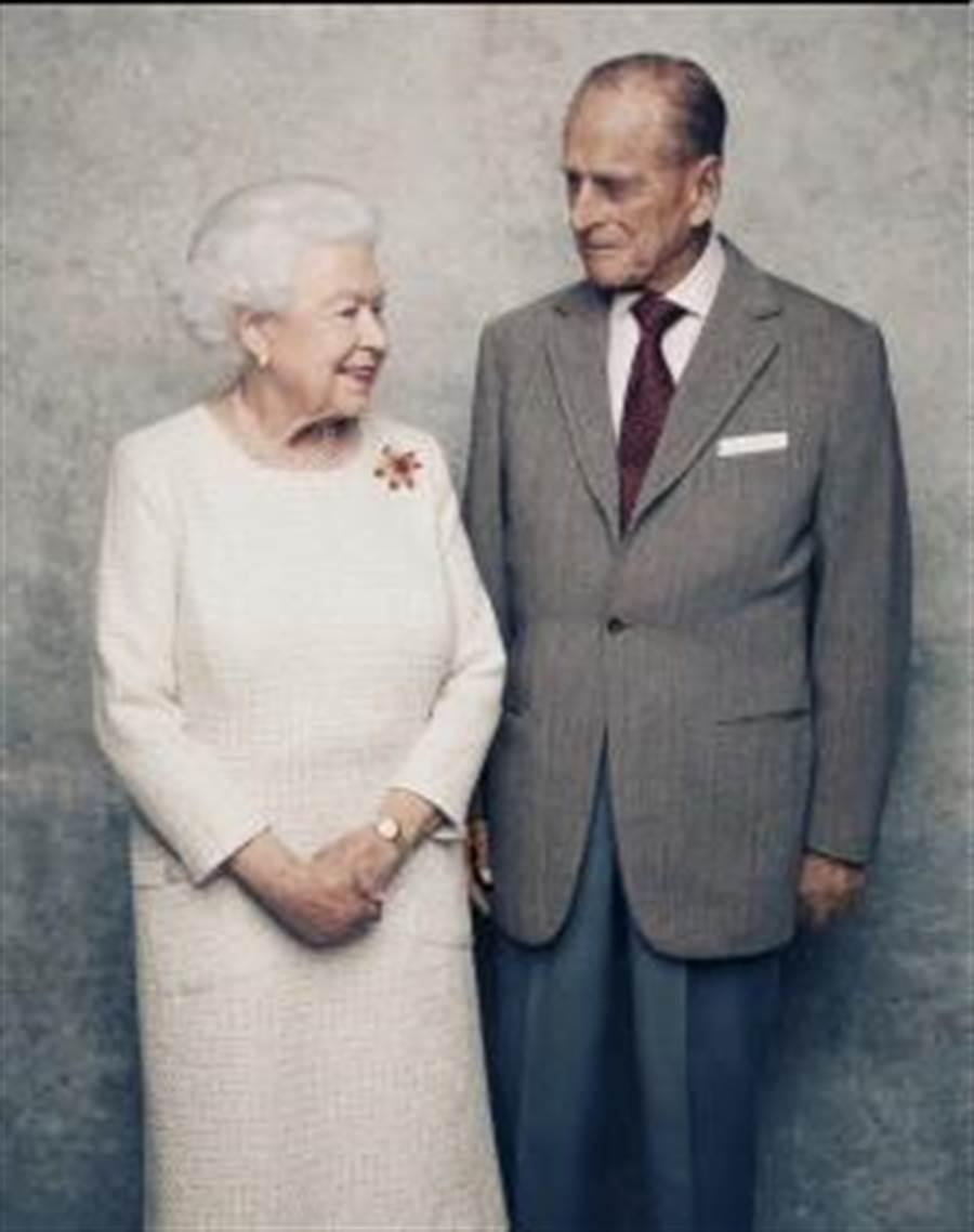 為慶祝女王白金婚,白金漢宮公布女王與夫婿拍攝的紀念照,照片中兩人深情對望,十分溫馨。