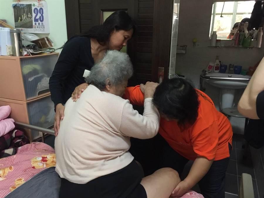 弘道老人福利基金會發現,照顧者不知如何學習照顧技巧是一大問題,這對照顧者而言身心都是傷害,因此推出照顧指導員到宅服務,盼降低照顧問題。(弘道老人福利基金會提供)
