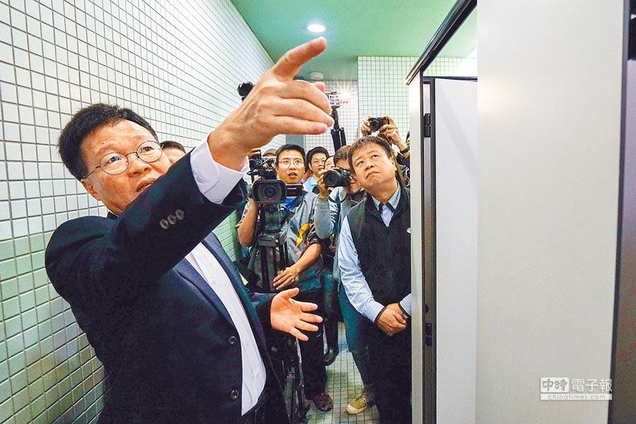宜蘭縣代理縣長陳金德20日赴羅東轉運站視察,突襲檢查站內廁所批說「不及格」。(李忠一攝)