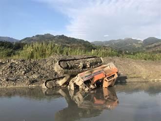 挖土機倒栽沉沙池 駕駛受困溺斃
