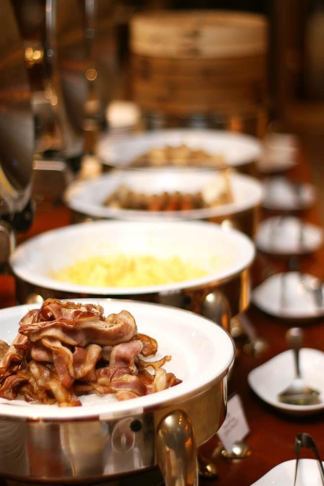 精緻豐盛的早餐Buffet包含風味熱食、港式點心、道地粥品、西式料理、日式小碟、麵包甜點和沙拉冷盤等15種項目,約100樣的精緻料理,樣樣繽紛可口。