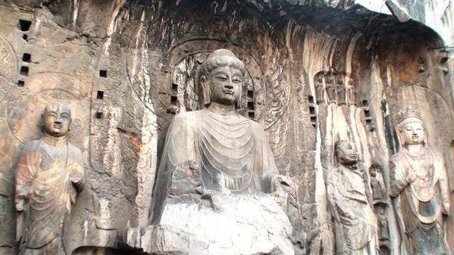 盧舍那大佛慈祥和善,方額寬頤,豐滿富態,與其他佛像不同,的確具有不少中年女性的特徵。(圖片取自於 維基百科)