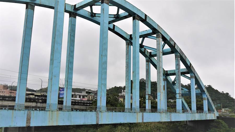 八堵鐵橋落成12年,但因氣候潮濕多雨,已產生斑駁鏽蝕,台鐵預計在年底前施工保養,並在明年5月完工。(張穎齊翻攝)
