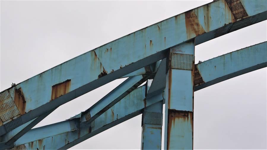 八堵鐵橋已產生鏽蝕。(張穎齊翻攝)