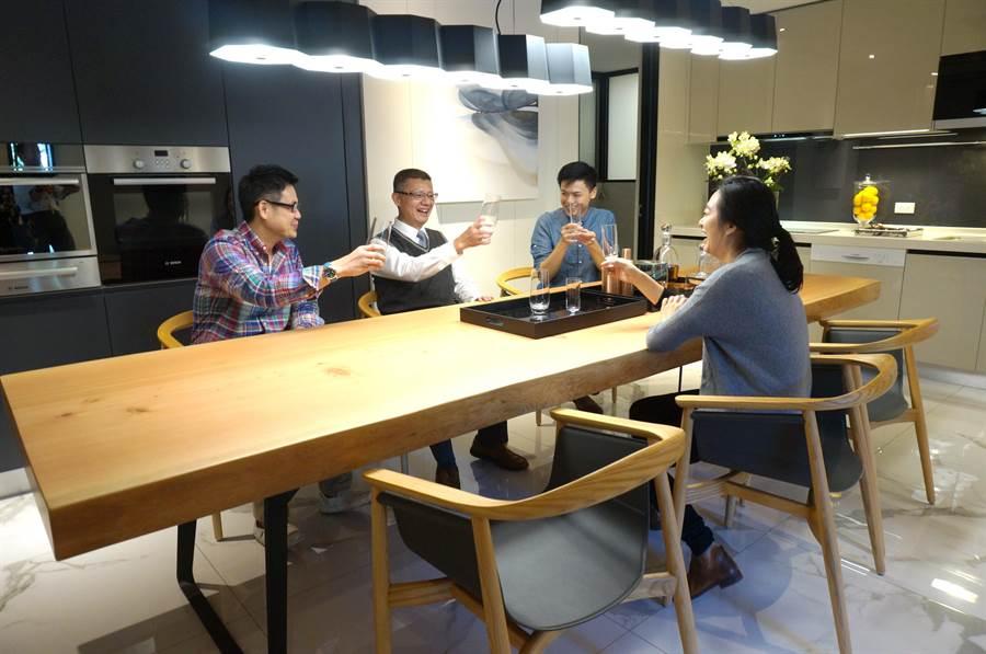 中市建商推動「長桌文化」,家庭成員不要宅在房間,到客餐廳長桌交流,凝聚感情。(盧金足攝)