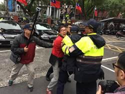 抗議《勞基法》修法 勞團下午突襲翻牆