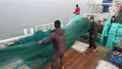 陸船搶捕「紅尾蝦」 金門護漁撈網掃蕩