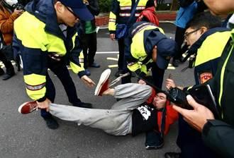 勞團兵分3路 潑漆抗議勞基法修正案
