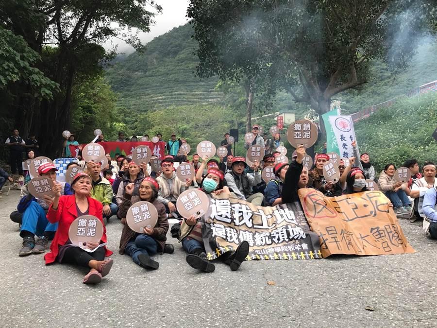 亞泥礦權展延首日,環保團體和當地自救會成員近百人坐地封路,阻擋亞泥工程車上山。(張祈攝)