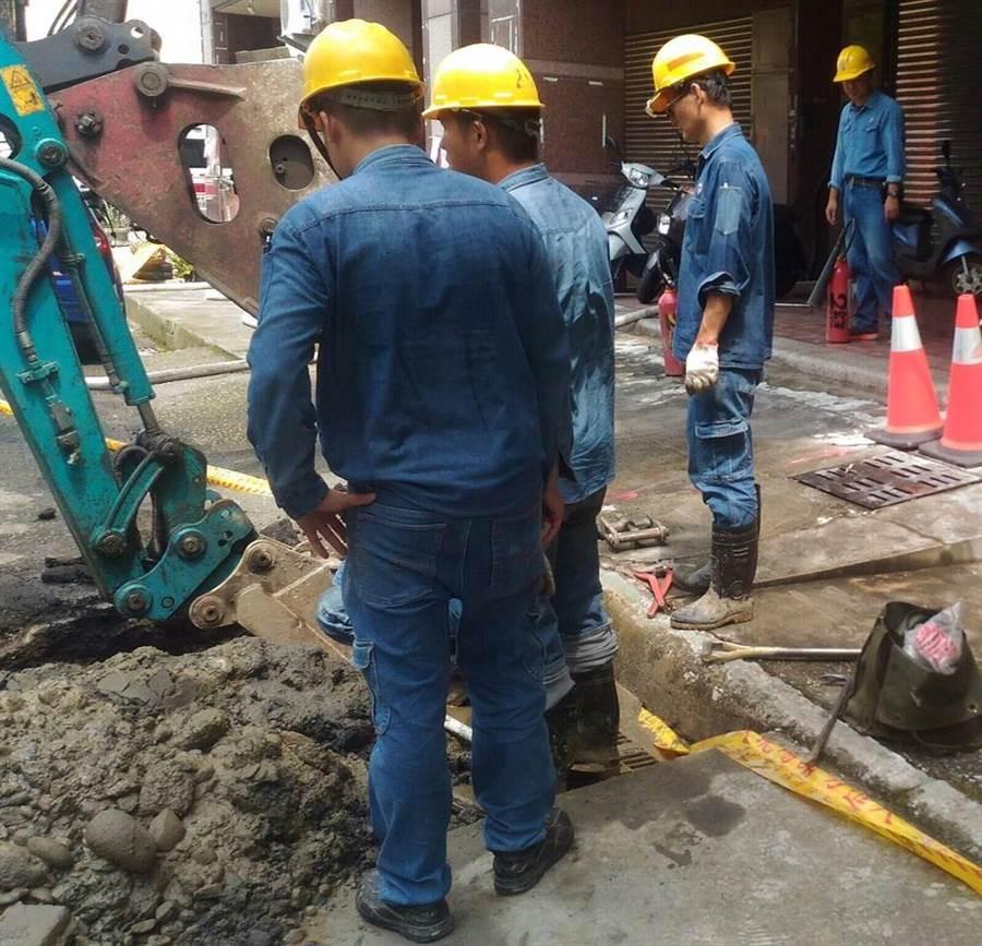為減少管挖誤損,台中市府建設局明年推挖掘作業規範及教育訓練認證。(盧金足翻攝)
