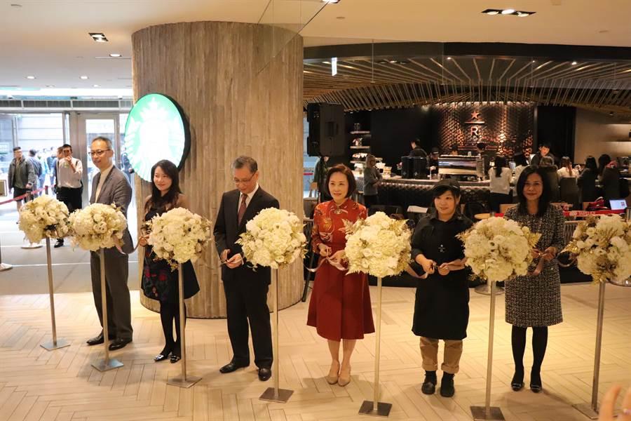 台北101 B1「星巴克摩登典藏吧台/Starbucks Reserve Bar」門市今日正式開幕,星巴克總經理現場剪綵。(徐力剛攝)