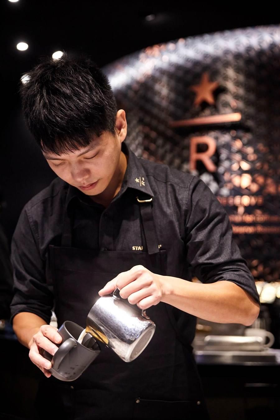 星巴克咖啡大師現場製作咖啡飲品。(圖片提供/星巴克)