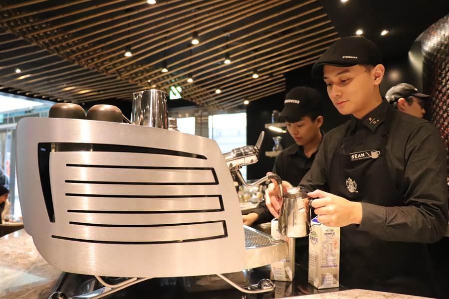 半自動「Black Eagle黑鷹咖啡機」沖煮咖啡品質穩定,被譽為咖啡界勞斯萊斯。(徐力剛攝)