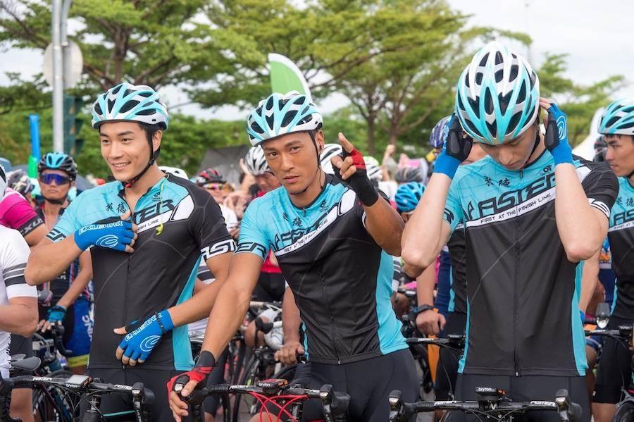 演員們賣力騎自行車。(三立提供)
