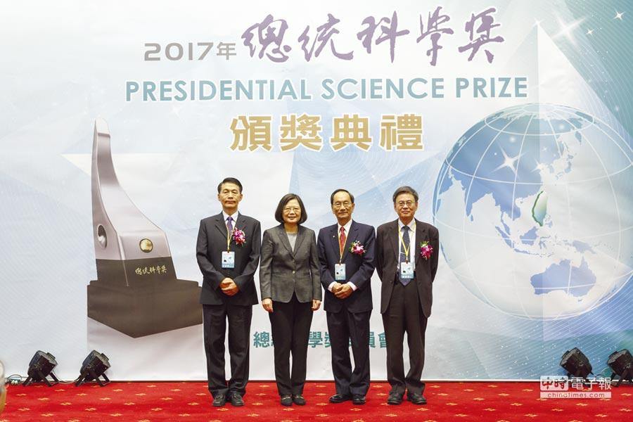 總統科學獎頒獎典禮表揚貢獻卓著之學者圖說總統蔡英文(左二)與得獎者共同合影。圖/簡立宗