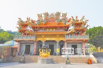 八里五福宮 觀光客求財寶殿