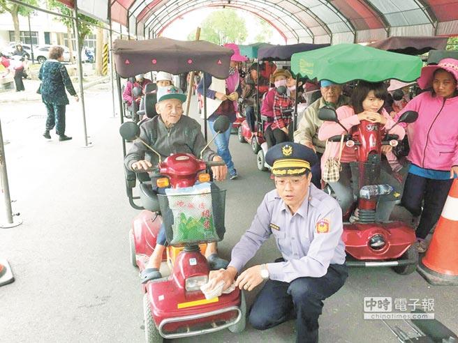 花蓮縣鳳林警分局24日免費為長者四輪電動車貼反光條,讓長輩直呼好貼心。(楊漢聲翻攝)
