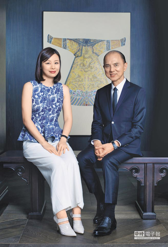 知名精品女鞋品牌Jimmy Choo周仰杰(右)與愛徒Illiza Ho何佳潓(左)。(彼威公關提供)