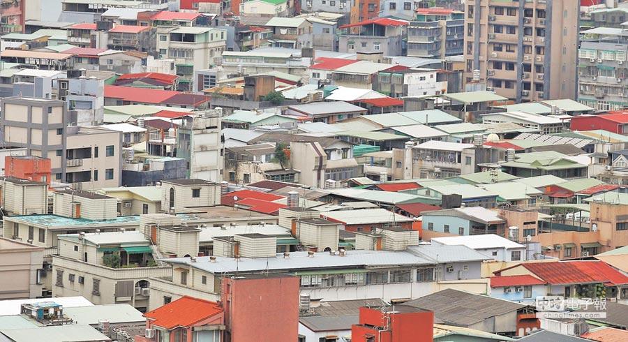 新北市中、永和地區舊公寓頂樓,放眼望去,密密麻麻地全是鐵皮加蓋,這當中恐怕也有不少是違法隔間的出租套房,消防安全問題,令人擔憂。(姚志平攝)
