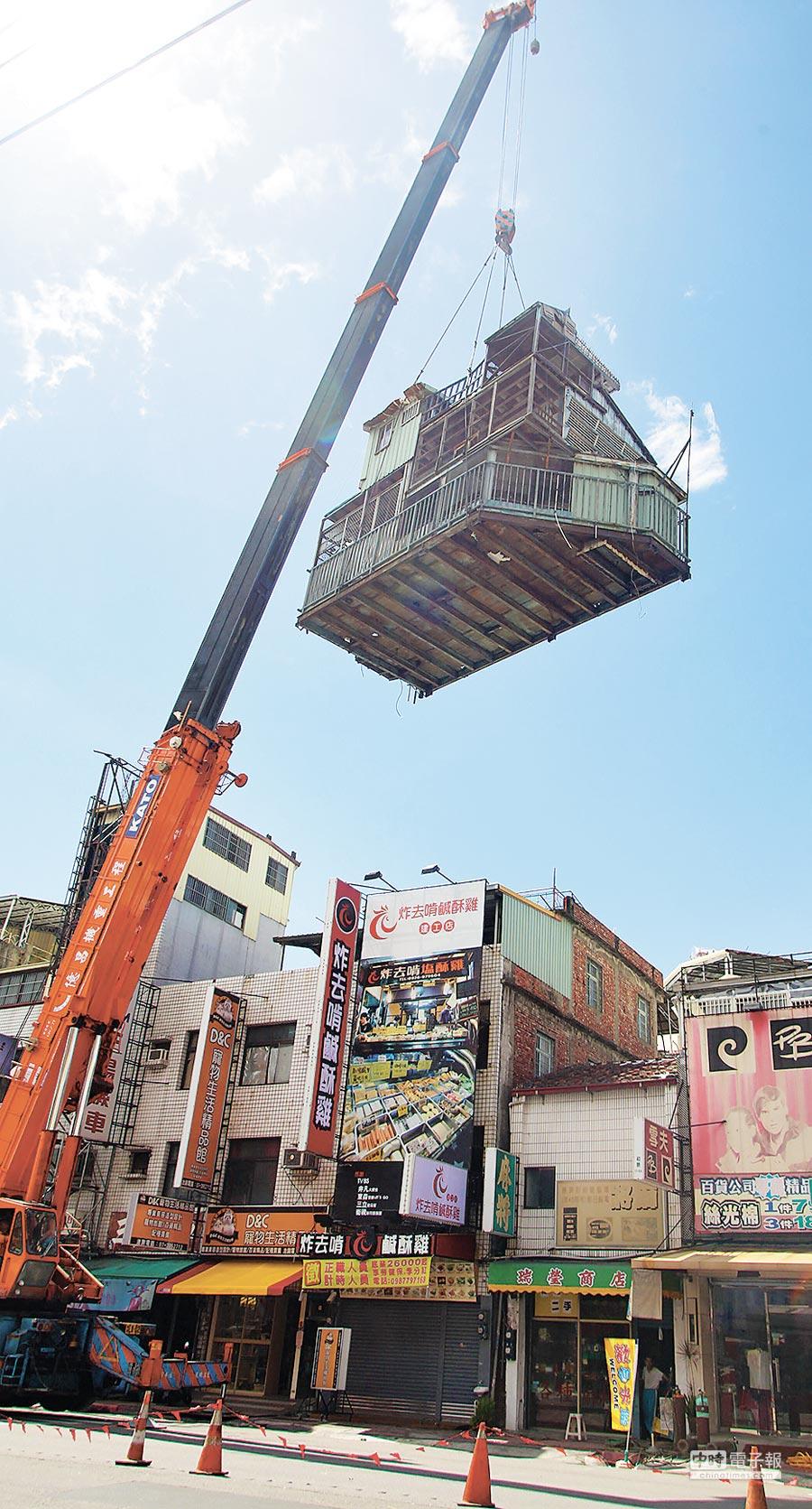 高雄市去年拆除大樓違建物。(本報資料照片)