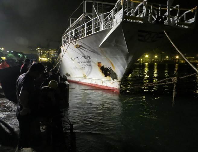 6名印籍漁工26日凌晨登上「合鴻168號」漁船找友人喝酒聊天,和菲籍漁工起衝突,菲籍寡不敵眾,2人跳海逃生,1人游上岸,另1人溺斃。(劉宥廷翻攝)