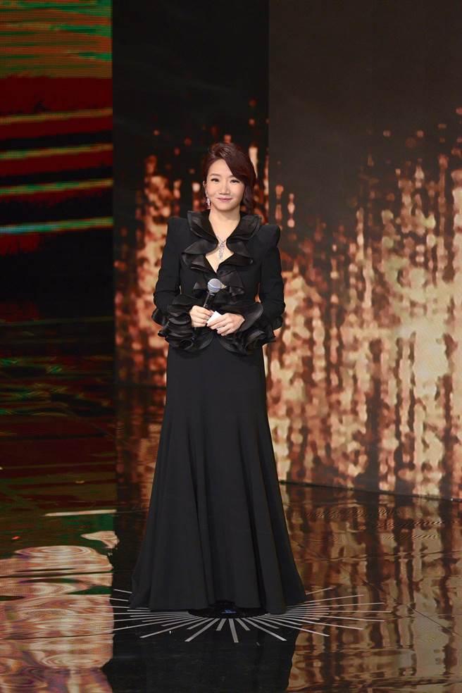 陶晶瑩主持金馬第二套黑色禮服優雅大方。(伯爵)