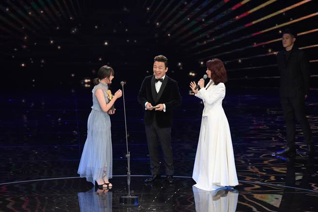 陶晶瑩與黃渤一起頒獎給文淇。(金馬執委會)