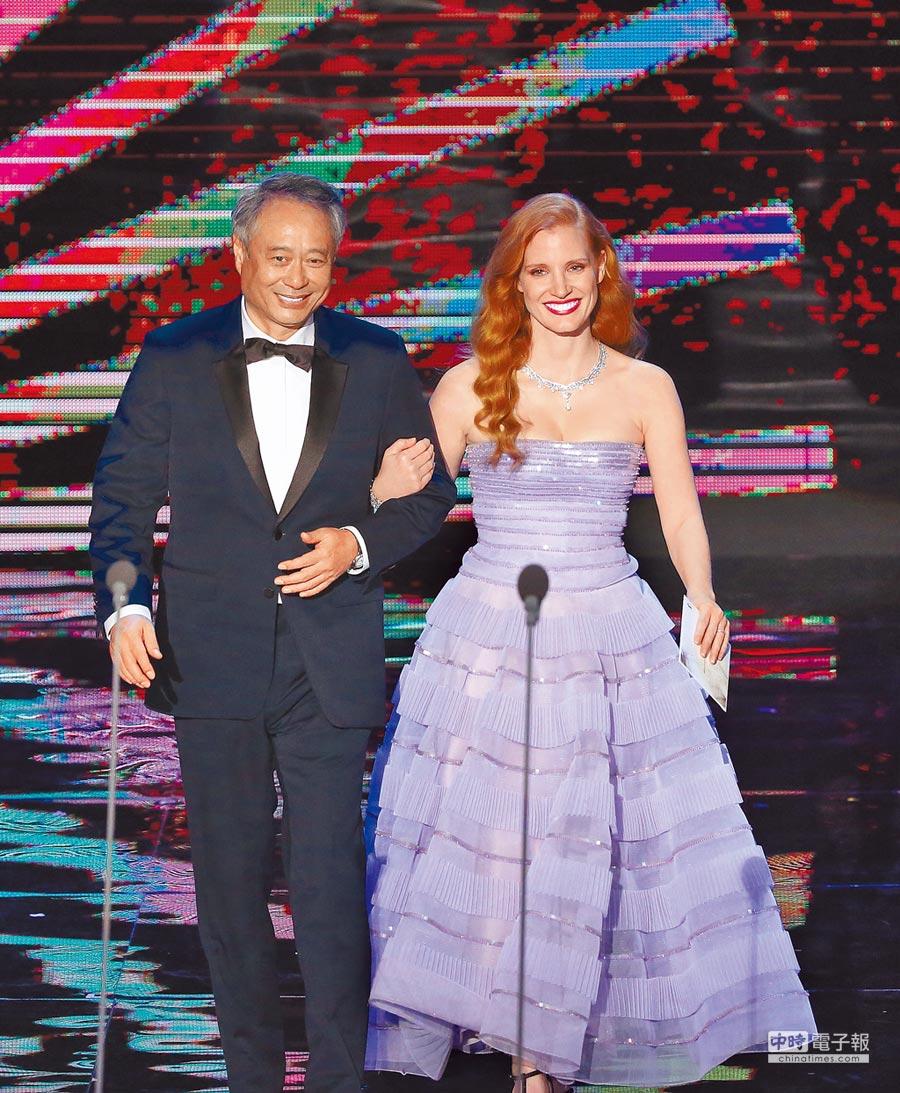 導演李安(左)與好萊塢女星潔西卡雀斯坦齊頒金馬影后獎項。