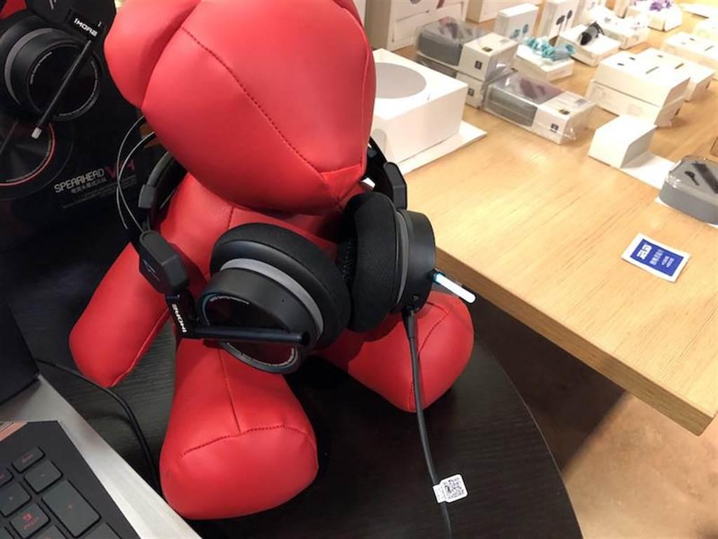 即將在台灣上市的萬魔電競耳機。(圖/黃慧雯攝)