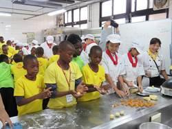 學做鳳梨酥、鑰匙圈  非洲院童參訪智光商工