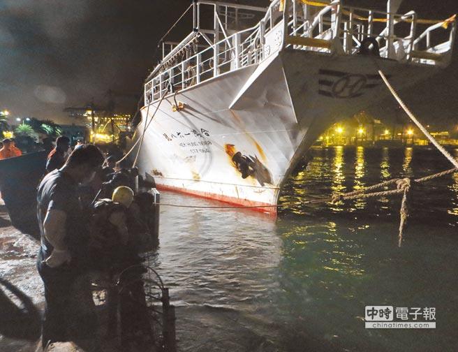 6名印尼漁工26日凌晨登上「合鴻168號」漁船找友人喝酒聊天,和菲籍漁工起衝突,菲籍寡不敵眾,2人跳海逃生,但1人不幸溺斃。(劉宥廷翻攝)