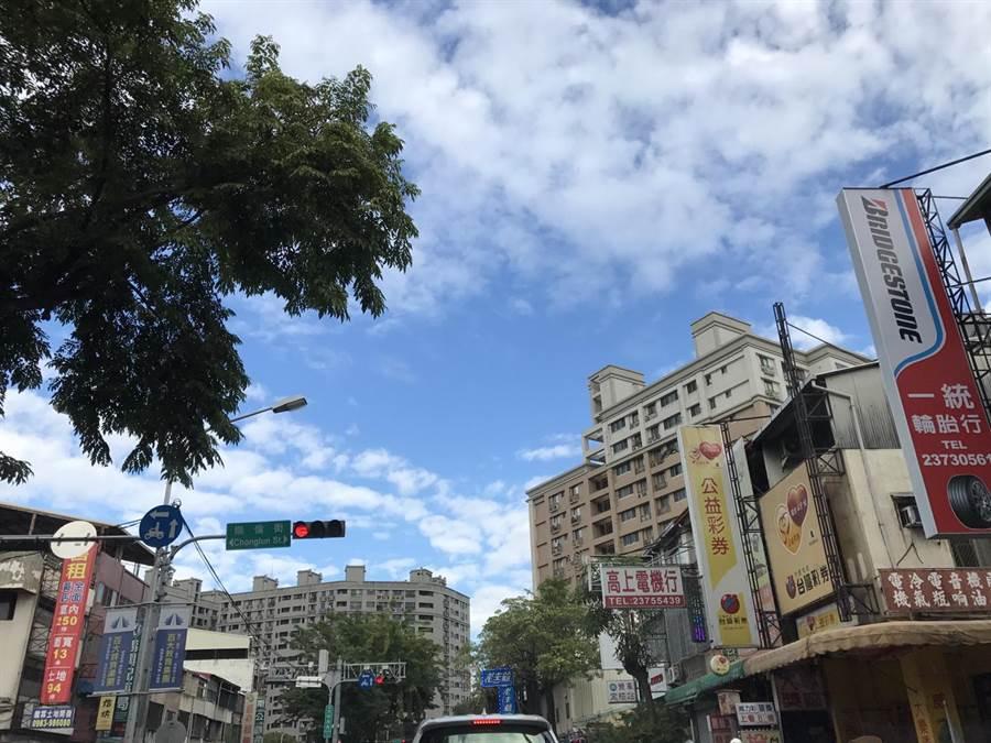 台中市今天空品變好,天空出現藍天白雲。(盧金足攝)