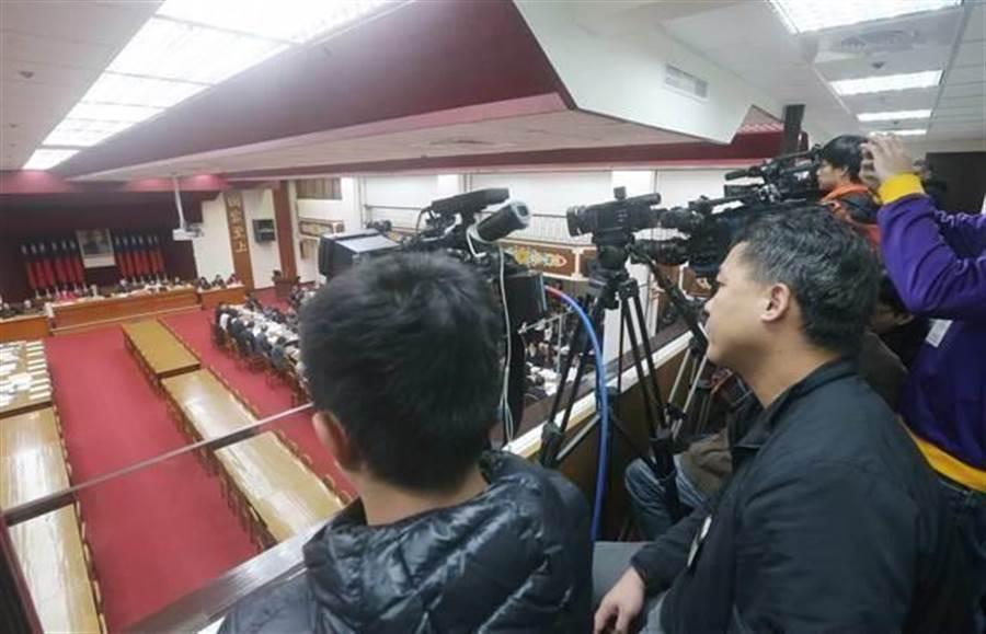 立法院財政委員會今天將記者「隔離」到樓上的採訪區。(趙雙傑攝)