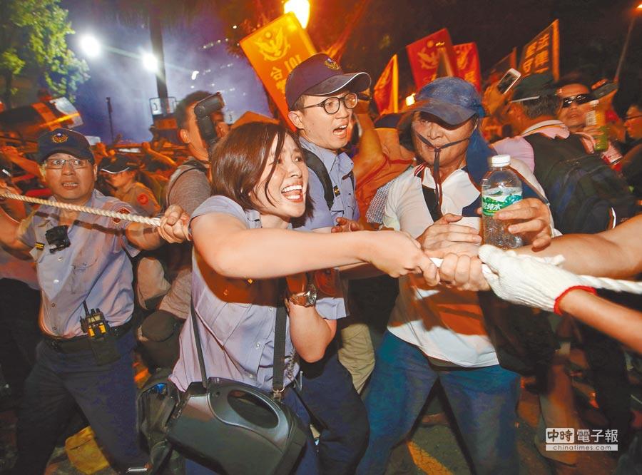 民調顯示近6成民眾認為司法不夠保障警察公權力,影響治安。圖為抗議群眾用繩索強拉立法院大門前拒馬,與警方爆發衝突。(本報資料照片)