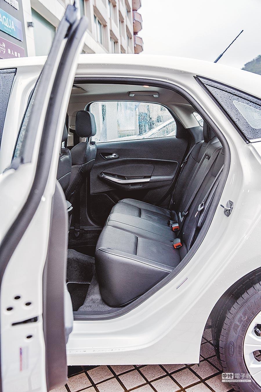 後座是一大特色空間較一般同價位車款寬敞,也有中央扶手可以使用。(方濬哲攝)