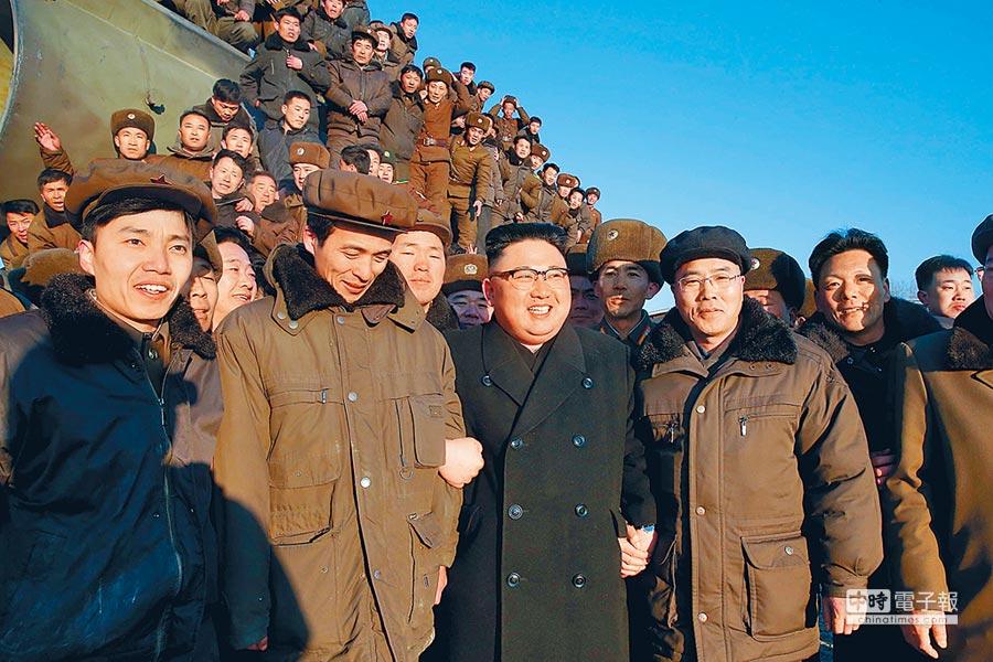 北韓最高領導人金正恩(左3)2月12日指導地對地中遠程戰略彈道導彈試射。(新華社,朝中社)