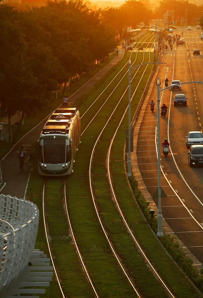 因應高雄冬天空污嚴重,高雄市從12月1日起連續3個月實施大眾運輸免費搭乘措施,包括高雄公車、客運和輕軌使用電子票證免費搭乘,捷運上下班尖峰期共4小時使用電子票證也都免費。圖為高雄輕軌傍晚行經凱旋路C3前鎮之星站前,火紅夕陽將輕軌鐵軌映照染成一片金紅光澤。(王錦河攝)