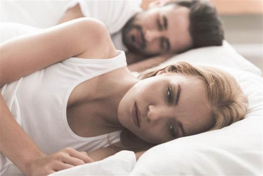 男人在愛愛後進入「聖人模式」,讓完事後仍持續愛意的女生很傻眼。(達志影像/shutterstock)