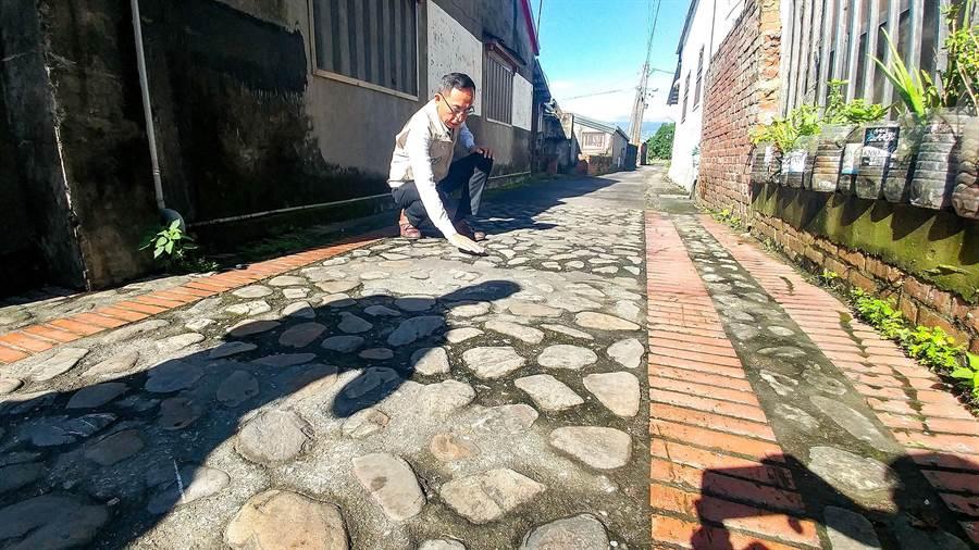宜蘭縣三星鄉長黃錫墉今天到大洲村,對於崎嶇不平的鵝卵石鋪面,黃錫墉表示將會加封,讓道路更平穩。(李忠一攝)
