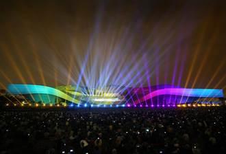 宛若外星戰艦降臨地球的衛武營光雕秀全紀錄 亞洲最大劇院外牆3D光雕演出